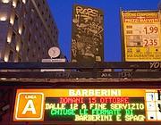 L'annuncio delle metrò chiuse (Ansa)