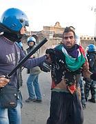 Il fermo di un ragazzo durante gli scontri a Roma