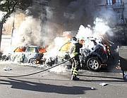 Un pompiere cerca di spegnere le auto in fiamme a San Giovanni (Jpeg)