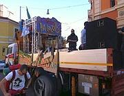 Il carro del Valle occupato si prepara ad andare al corteo (foto da Facebook)