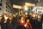 In marcia per ricordare - Una marcia silenziosa a ritroso da piazza S. Maria in Trastevere lungo il percorso dei deportati di quel 16 ottobre 1943, che dal Ghetto furono condotti al Collegio Militare a Trastevere prima di essere imprigionati nei treni con destinazione Auschwitz. Così domenica centinaia di persone hanno preso parte alla commemorazione organizzata dalla comunità di S'Egidio per ricordare il rastrellamento degli ebrei del Ghetto di Roma da parte dei nazisti. Oltre mille ebrei furono portati via. Solo 16 tornarono alle loro case. Alla marcia sono intervenuti il fondatore di Sant'Egidio Andrea Riccardi, il presidente Marco Impagliazzo, il rabbino capo della comunità ebraica di Roma Riccardo Di Segni, il card. Agostino Vallini, Vicario Generale di Sua Santità per la Diocesi di Roma, Riccardo Pacifici, presidente della comunità ebraica di Roma, Renzo Gattegna, Presidente dell'Unione delle comunità ebraiche italiane, e inoltre Gianni Alemanno, sindaco di Roma, Nicola Zingaretti, presidente della Provincia di Roma, Renata Polverini, Presidente della Regione Lazio