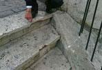 Vandali sulla scalinata  - Vandali in azione nel centro storico di Roma lunedì notte. Intorno alle 4 del mattino ignoti hanno rovesciato un bidone in ghisa della spazzatura, facendolo rotolare da via Sistina, di fronte all'Hassler, verso piazza Mignanelli: il pesante manufatto ha spezzato in più punti 14 gradoni della scalinata (nella foto Proto, il sopralluogo dei vigili urbani)