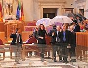 Le opposizioni protestano in aula Giulio Cesare con gli ombrelli aperti (Eidon)