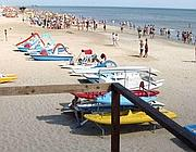 Pedalò in spiaggia (Ansa)