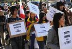Popoli oppressi - Tra bandiere del Tibet e della Georgia, slogan contro l'oppressione cinese in Tibet e la presenza di alcuni monaci, si è svolta oggi a Roma la quarta edizione della Marcia Internazionale per la Liberazione dei popoli oppressi. Un centinaio di persone, provenienti da diversi paesi del mondo, hanno dato vita alla manifestazione organizzata da Società Libera. Il corteo inizialmente previsto è stato annullato in seguito all'ordinanza del sindaco Alemanno, ma i partecipanti hanno voluto comunque sfilare simbolicamente in piazza della Bocca della Verità, compiendo tre giri attorno al palco allestito al centro della piazza. Tra i partecipanti c'era anche Kebiya Kader, leader spirituale del popolo Uiguro. Accanto a lei i rappresentanti di molti popoli oppressi, dal Tibet all'Iran, dalla Birmania al Vietnam. «Quest'anno per la prima volta la manifestazione si svolge anche in due importanti capitali europee, Parigi e Berlino - ha detto Vincenzo Olita, direttore del Movimento Liberale - siamo qui per manifestare a favore dei diritti di quelle popolazioni oppresse». Fa discutere in piazza la decisione del sindaco Alemanno di vietare i cortei. «Credo sia una decisione ridicola - ha continuato Olita - non si possono mettere sullo stesso piano manifestazioni pacifiste e silenziose come la nostra e gli atti violenti contro la città».  Tra le tante bandiere che hanno colorato la piazza ne compare una con il Leone di San Marco, simbolo della Serenissima. «Vi sentite un popolo oppresso?» chiede un cronista ai due manifestanti che sostengono il vessillo indipendentista: «non ci sentiamo un popolo oppresso, ma un territorio occupato» (foto Omniroma)