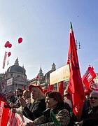 Pensionati in piazza con le bandiere della Cgil (foto Jpeg)