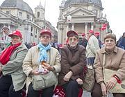 Pensionati in piazzadel Popolo venerdì (Ansa)