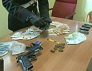 Il materiale sequestrato al  presunto killer arrestato (Proto)