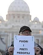 La protesta contro i sacerdoti pedofili a S.Pietro (Lapresse)