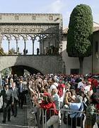 Pellegrini sotto il Palazzo dei Papi a Viterbo (Eidon)