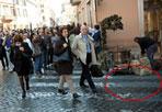 Strisce accorciate - In piazza di Spagna, strisce pedonali «accorciate», forse per non rovinare il business delle caldarroste. Come evidenziato nel cerchio rosso, una parte delle strisce è stata cancellata e il banchetto che vende castagne è ora in regola. (Foto Jpeg)