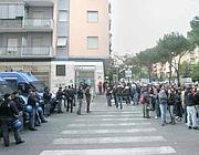 La polizia affronta i manifestanti per impedire il corteo (foto Eidon)