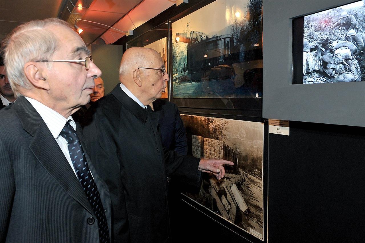 Napolitano visita la mostra con Amato (LaPresse)