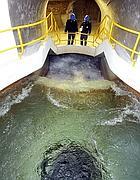 Tecnici in un acquedotto (Ansa)