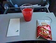 Uno degli snack tagliati a bordo dei voli Alitalia