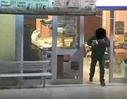 L'autista del 916 esce dalla pizzeria con due cartocci in mano (foto lettore)