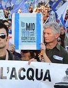 Una manifestazione per il rispetto del sì al referendum acqua