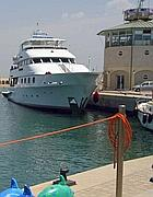 Uno yacht ancorato al Lido di Roma (Faraglia)
