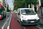 Il furgone sulla ciclabile - Ecco una delle poche piste ciclabili di Roma ridotta a parcheggio per furgoni. Non è la prima né l'ultima volta che accade. Perché non intervengono mai i vigili? (foto e segnalazione del lettore Fausto Bonafaccia, fondatore e presidente BiciRoma)