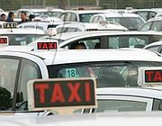 Taxi romani in sosta (Ansa)