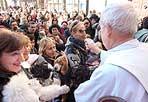 Animali benedetti - Alcune migliaia di persone hanno partecipato martedì 17 alla cerimonia  della benedizione degli animali che si è svolta in piazza Pio XII. La benedizione davanti alle chiese è una tradizione legata alla festività di Sant'Antonio Abate protettore degli animali.  Martedì alle 11 presso la Basilica di San Pietro, si è tenuta anche una messa officiata dal cardinale Angelo Comastri, durante la quale sono stati portati in dono prodotti tipici da tutta Italia: cesti con formaggi pregiati, salumi dagli odori invitanti, ortaggi e frutta variegata. Dopo la celebrazione, la «Giornata dell'Allevatore» è proseguita in Via della Conciliazione, dove sono stati benedetti tutti i presenti e i relativi animali: sullo sfondo di piazza San Pietro, pecore, maiali, mucche e conigli