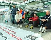Dipendenti di una società di handling protestano al Terminal 1 (Ansa)