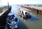 Draga nel canale - Sono in corso le operazioni di dragaggio del Canale dei Pescatori a Fiumicino: la Isis-Geminiana è una draga pensata e realizzata appositamente per il canale e rimasta ferma 5 anni per la mancanza di alcune autorizzazioni; nel 2007 la Isis-Geminiana era costata, alle casse del Comune di Roma, 1,2 milioni di euro. Fino al 2011 il dragaggio del breve corso d'acqua artificiale era sempre stato svolto da terra, con una spesa complessiva che dal 2006 al 2010 è stata di 5 milioni di euro (foto Omniroma)
