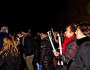 Una fiaccolata di protesta contro la rimozione dei sampietrini dorati