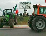 I trattori in sit-in sulla Pontina (foto Proto)