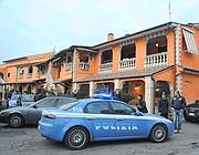 Le forze dell'ordine arrivano alla casa degli arrestati (Proto)