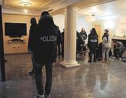 La polizia all'interno della villa di uno degli arrestati (Proto)