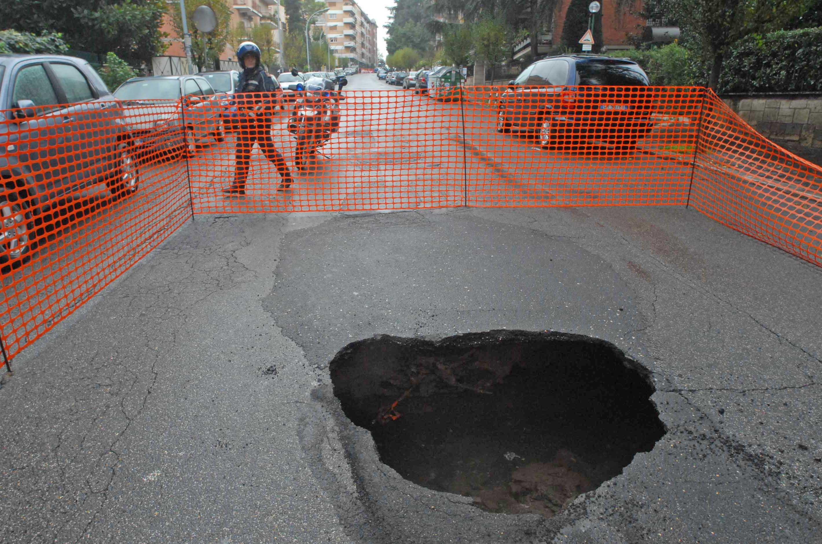 Una buca in via Fani (foto Proto)