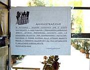 Il cartello appeso all'ingresso del palazzo