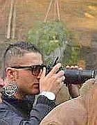 Il gendarme del Vaticano mentre fotografa i manifestanti (foto da «Chi l'ha visto?»)