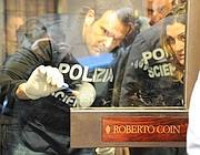 I rilievi della polizia scientifica sull'impronta lasciata da uno dei rapinatori (Proto)