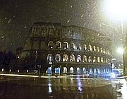 Fiocchi di neve al Colosseo (Ansa)