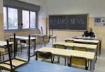 Effetto annuncio - L'annuncio della sospensione delle attività didattiche, pur restando le scuole di ogni ordine e grado aperte, diramato giovedì dal Campidoglio ha provocato un effetto indesiderato al di là di ogni previsione: molti istituti sono rimasti senza allievi. Al liceo Newton su 1200 studenti se ne sono presentati soltanto due (foto Ansa)