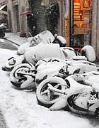 Motorini coperti dalla neve in centro (Proto)