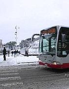 Un bus con catene ma «fuori servizio» ai Fori (foto Zanini)