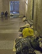 Clochard dormono sotto i portici vicino a San Pietro (Ansa)