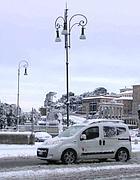 Un taxi nella neve a Roma (Zanini)