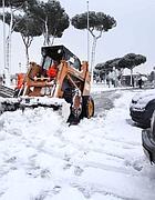 Una ruspa rimuove la neve ai Fori (Eidon)