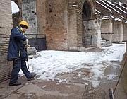 Si spala la neve sul secondo livello del Colosseo (foto Brughitta)