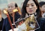 Lutto cittadino - «Giovedì ci saranno i funerali di Joy e di suo padre uccisi a gennaio e come avevamo annunciato sarà lutto cittadino proprio in ricordo di queste due vittime innocenti della criminalità nella nostra città». Così l'annuncio del sindaco di Roma Gianni Alemanno. La piccola Joy e suo padre Zhou, di nazionalità cinese, ma residente a Roma, sono stati uccisi durante una rapina nel quartiere di TorPignattara lo scorso 4 gennaio. La bambina aveva solo 9 mesi (Fotogramma)