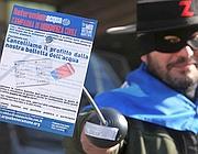 Una protesta in maschera a Roma, contro i profitti sull'acqua (foto Eidon)