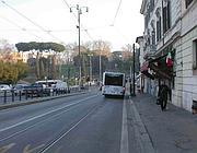 La parte più stretta del marciapiedi alle spalle del Colosseo (foto Zanini)