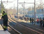 Pendolari sui binari della Roma-Lido lo scorso 12 marzo  (Omniroma)