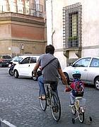 Padre e figlio in bici nel centro di Roma (foto del lettore Paolo Cerino)