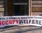 Lo striscione davanti al ministero del Lavoro (OccupyWelfare)