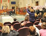 Lo striscione portano in aula al Comune (Jpeg)